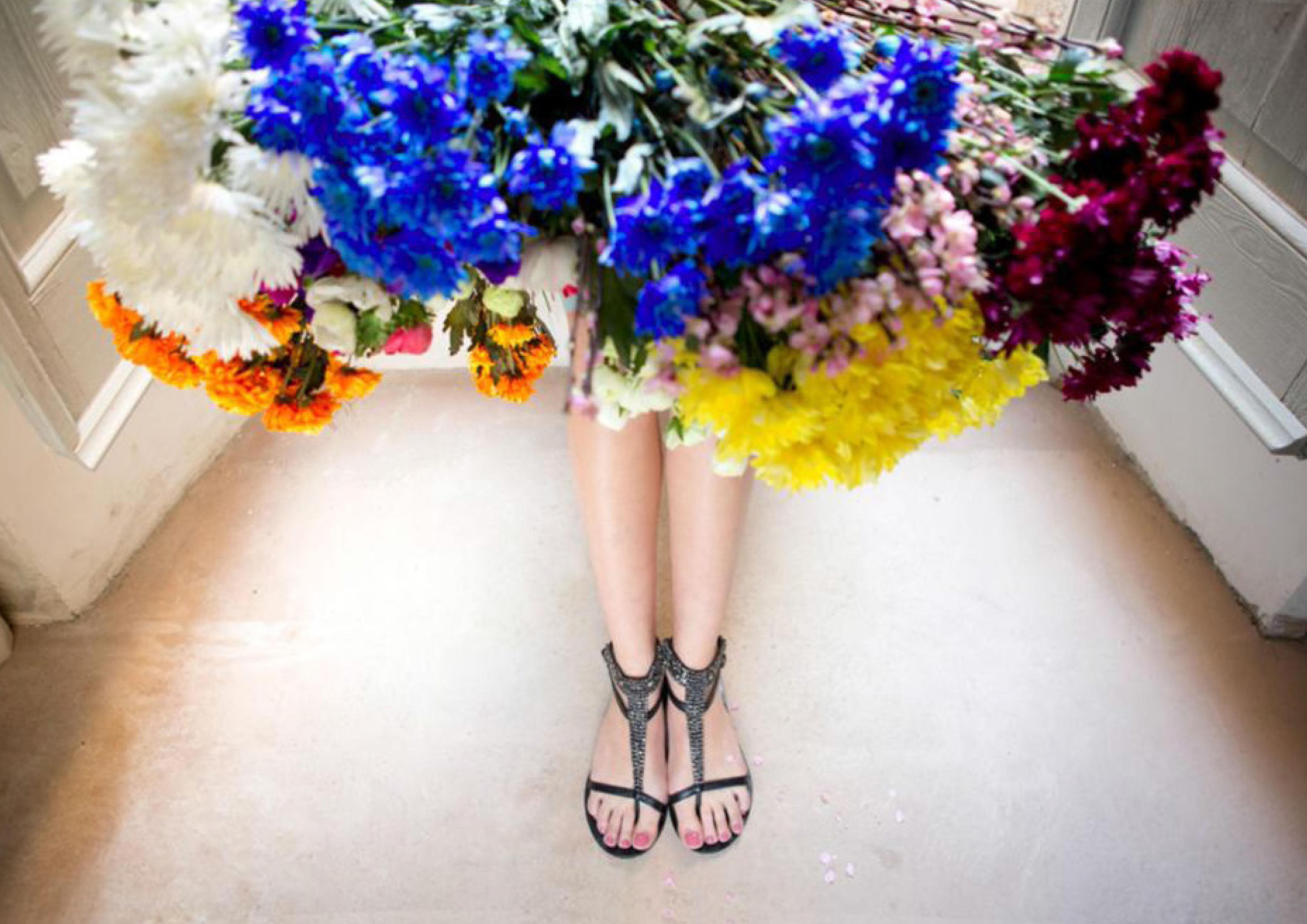 gambe e fiori scarpe